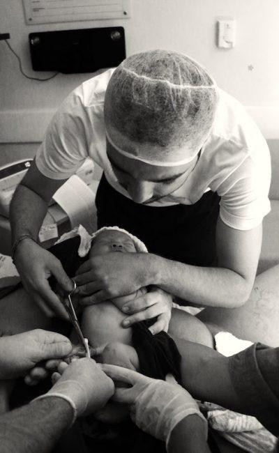papai cortando cordão umbilical