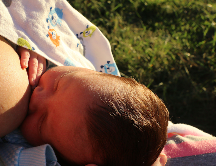 bebê mamando no peito