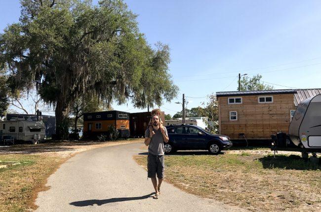 Caminhada pelas mini casas
