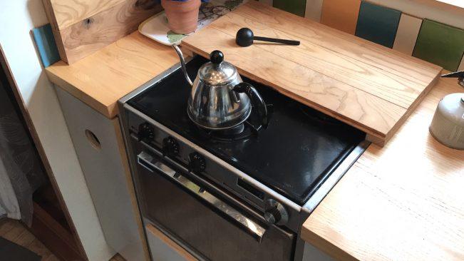 fogão e tábua cozinha chaleira