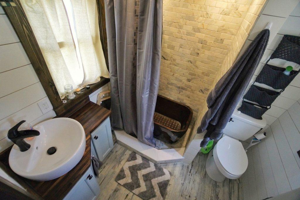 banheiro grande espaçoso
