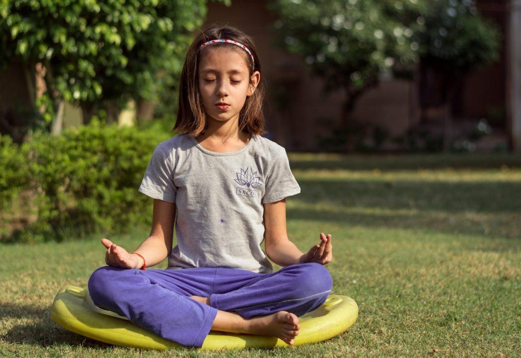 menina meditando